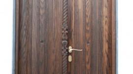 Ξυλόγλυπτη πόρτα στην Παναγία Τσαμπίκα